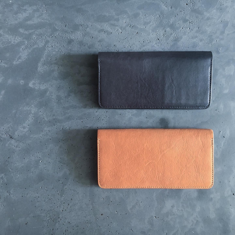 昔から変わらずある長財布の定番デザイン。それにダマスキーナらしさを加え製作しました。革と糸とファスナー1本。シンプルなデザインにシンプルな素材。素朴な作りだからこそ、ごまかしが効かない。だからこそ革本来の風合い、使いながら作り手の想いが感じられるお品です。