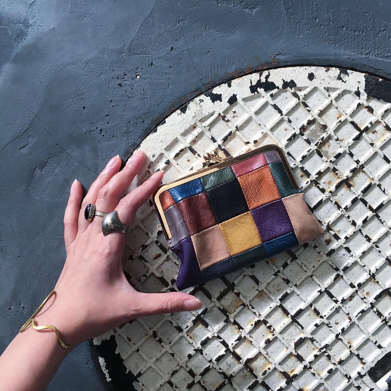 *BLOCK PATCHWORK W GAMAGUCHI WALLETWEB SHOPでの取り扱いを開始致しました。気分が明るくなるような目を惹くマルチカラーのお財布です。作り手の技術が詰め込まれています。
