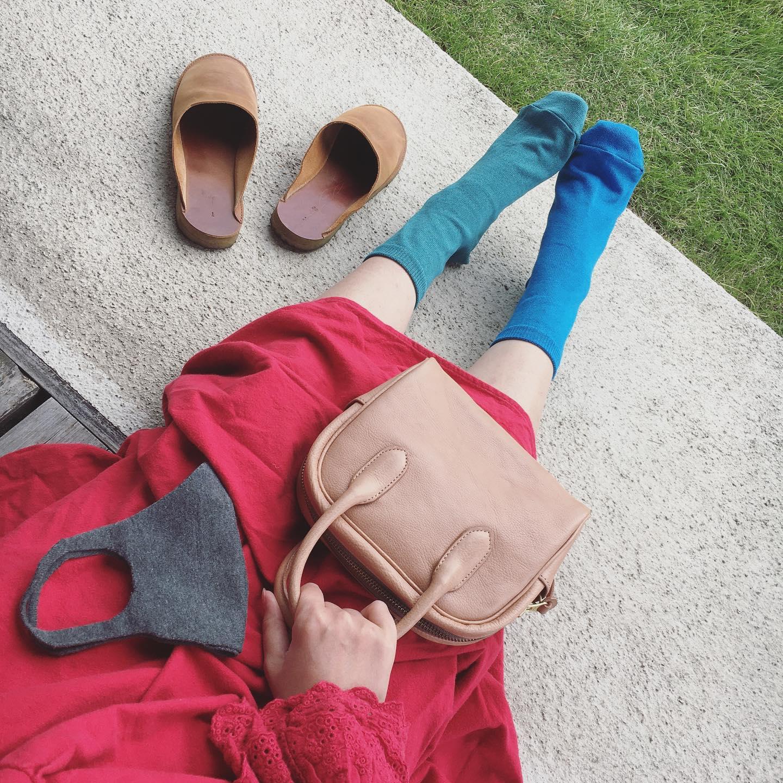 **和紙靴下 レギュラー*無縫製マスク*MINIMUM BAG 最近、和紙靴下は2色を使いバイカラーでカラーを楽しんでいます。寒くなっていくこれから、アウターのお色が濃くなる季節に合わせて、バッグ、靴下やマスクでカラーを遊んでみても楽しいですね!また和紙靴下は空気との調節機能があり、冬は空気の層が暖かく足を包み込む為、快適です。詳しくはweb shopをご覧下さい。