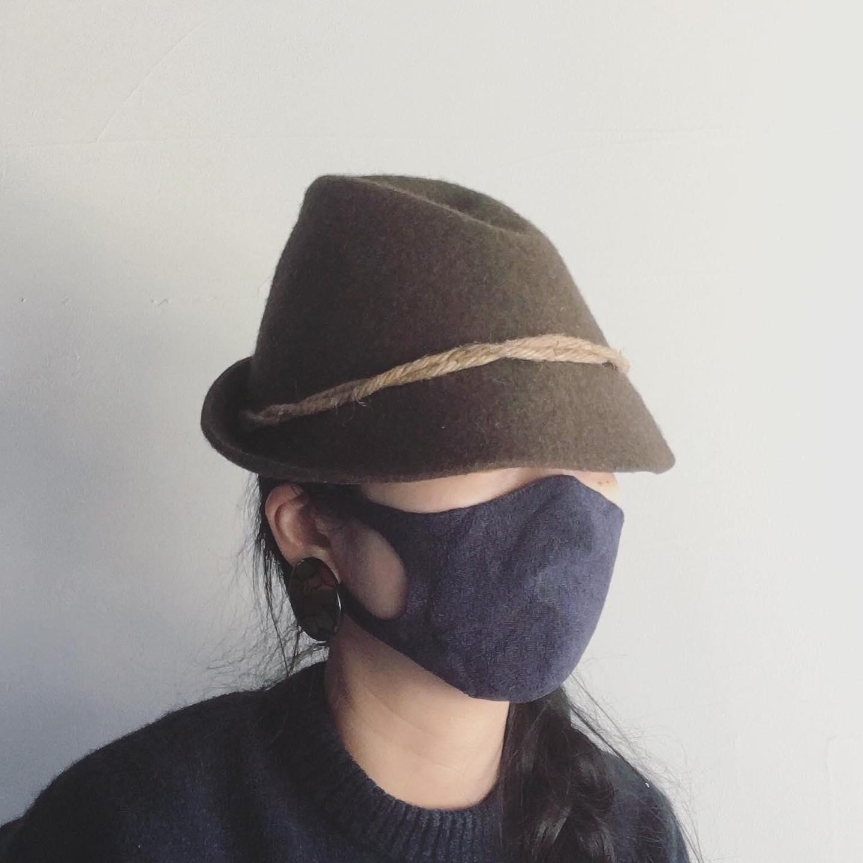 累計1万枚以上販売の無縫製マスクから、和紙糸を使用したマスクが登場です。以前より無縫製マスクをご愛用のお客さまからリクエストを頂いておりましたお品です。素材やカラーにこだわった結果、製作がぎりぎりに。。なんとか春からの販売に間に合う事が出来ました。。無縫製マスクに見えない5本指の靴下などなど、無縫製編機がずっとフル稼働の為、合間を縫っての新作マスクの製作となりました。今回の和紙糸無縫製マスクは通常の無縫製マスクのふわふわしっとり感とは一味違い、さらっとしたつけ心地となっており、これからのむしむしする日でも快適にお使い頂けるのではと思います。和紙は抗菌・調湿性に優れておりシーズンに合わせて空気を調節してくれるので、綿の無縫製マスク同様、オールシーズンお使い頂けますが秋冬は綿の無縫製マスク・春夏は和紙糸無縫製マスクと使い分けしても楽しいですね。カラーはお洋服に合わせやすい4カラーをご用意しております。勿論、洗って繰り返しお使い頂けます。特殊なホールガーメント機で編み立てておりますので量産が出来ないお品となっております。詳しくはWEB SHOPをご覧下さい。